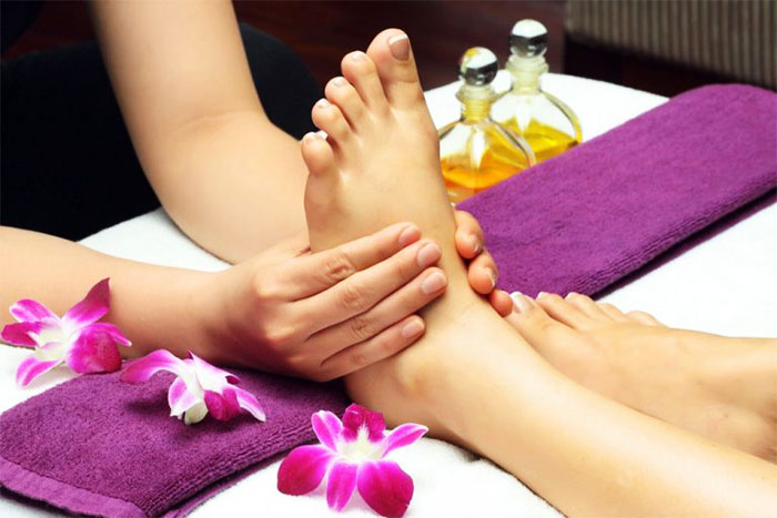Точечный массаж ступней ног в салоне