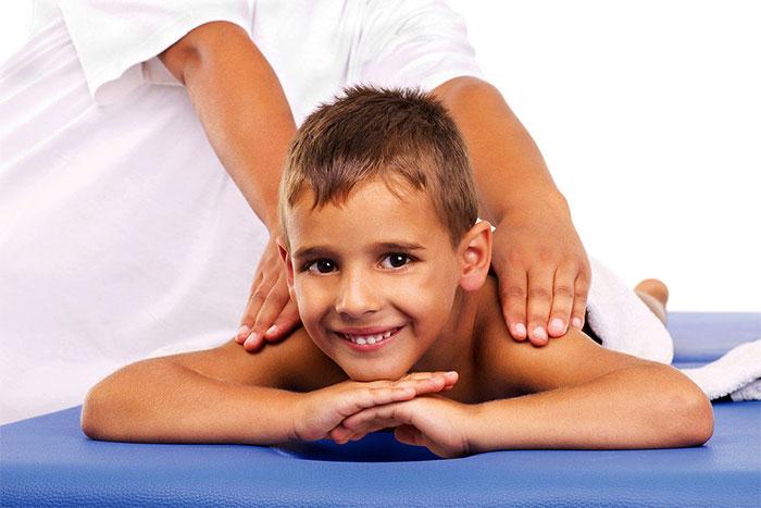 Массирование спины ребенка