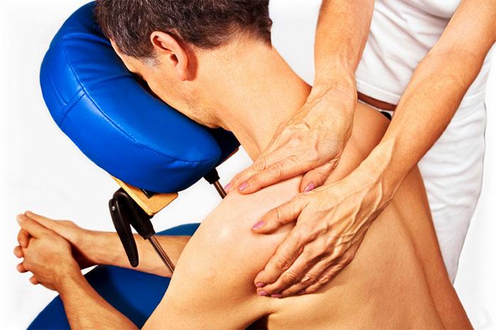 Положение тела во время массажа зоны плеч