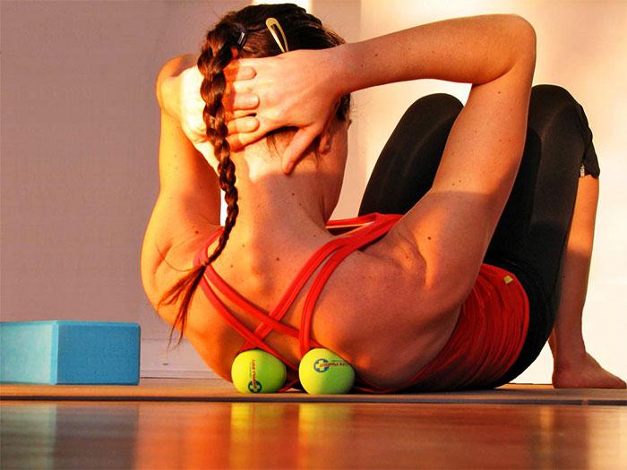 Самомассаж спины при помощи теннисных мячиков