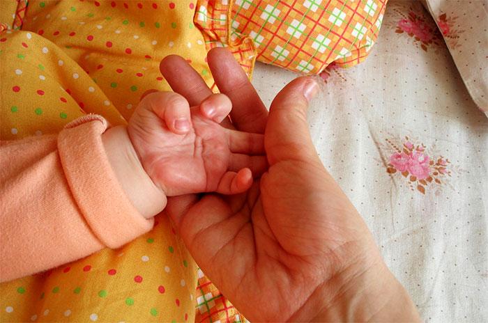 Массаж пальчиков рук у грудничков