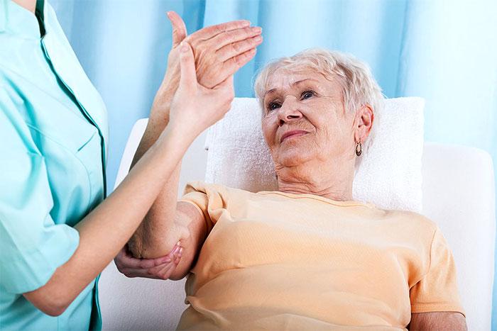 Массаж руки пожилому человеку