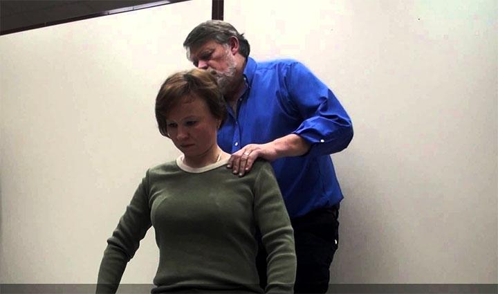 Дэвид Лиф проводит массаж