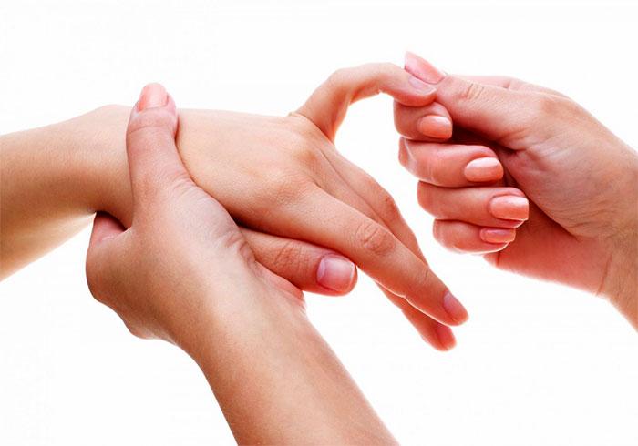 Массировение пальцев рук