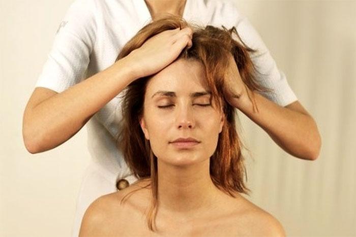 Потягивание волос головы