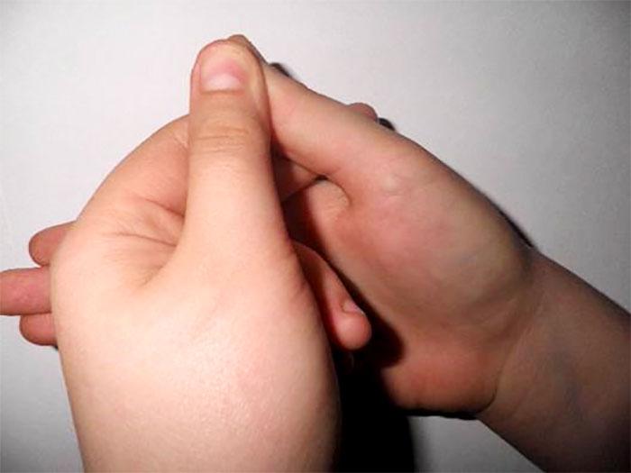 Стимулирование точек на большом пальце руки