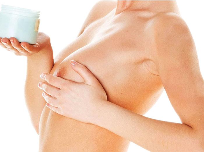 Нанесение крема на грудь