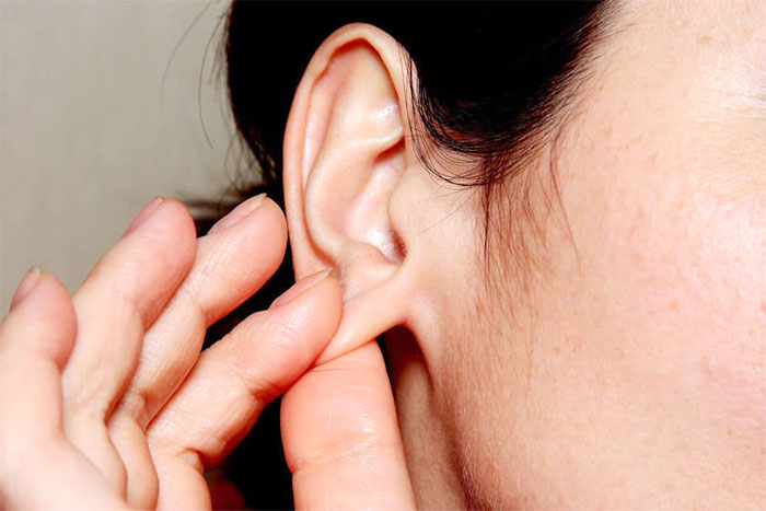 Разминание мочки уха