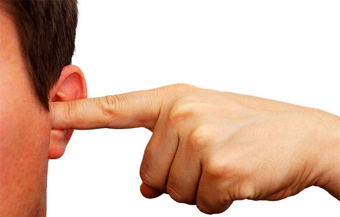 Закрытие уха пальцем