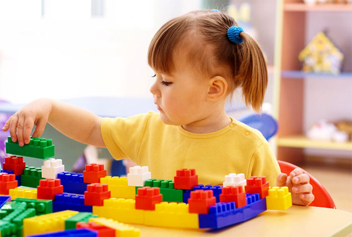 Девочка собирает конструктором