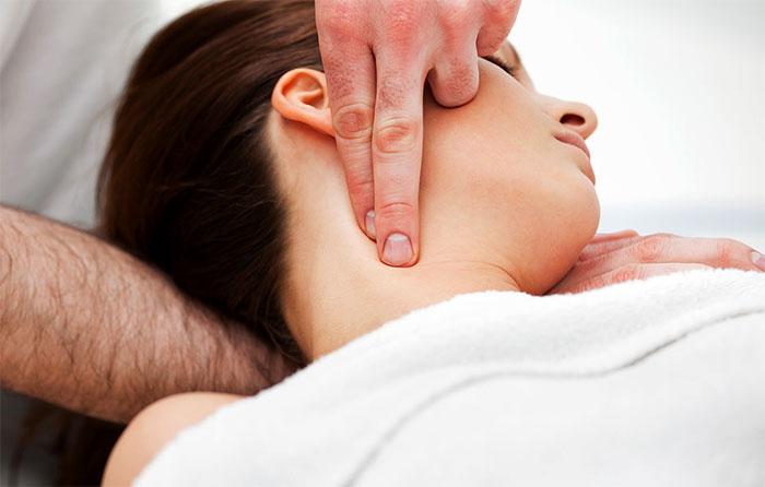Нащупывание лимфоузлов на шее