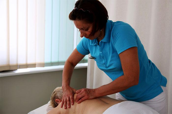Массаж глубоких тканей спины