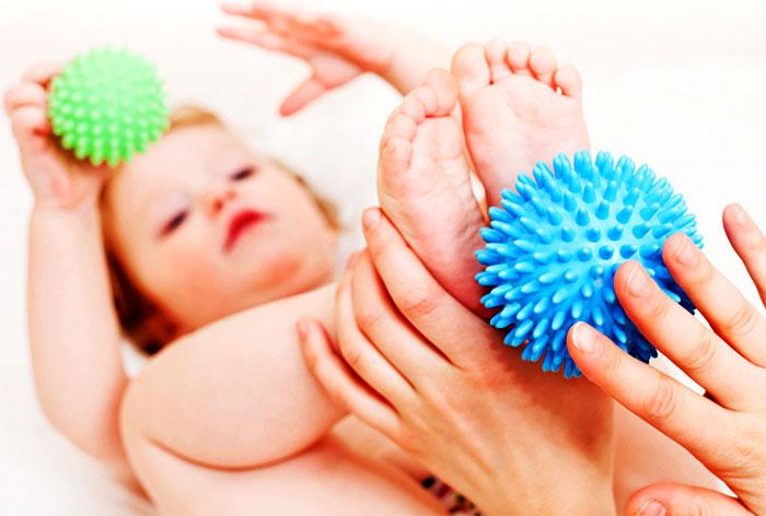 Массаж стоп ребенка при помощи массажного мяча