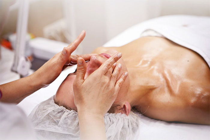 Процедура косметического массажа