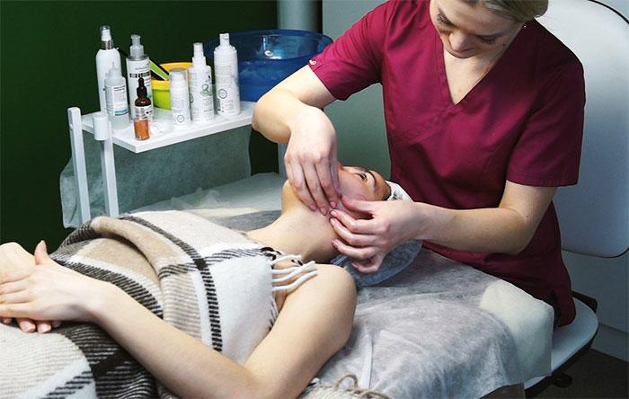 На приеме у косметолога-массажиста