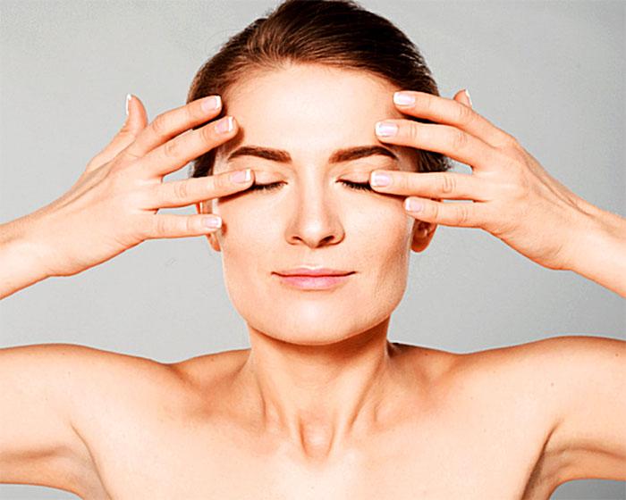 Массирование внешних уголков глаз